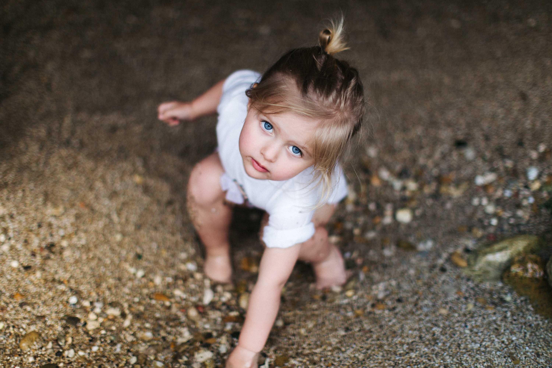 01-Petite fille joue avec le sable