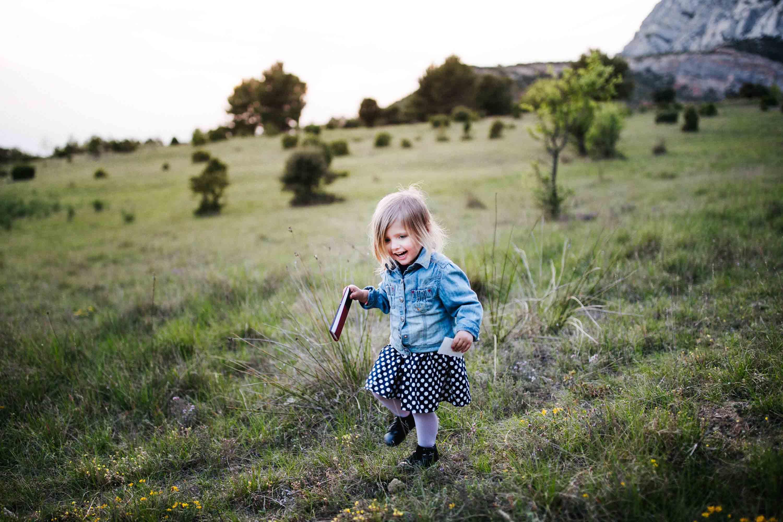 25-Matilda joue dans la nature